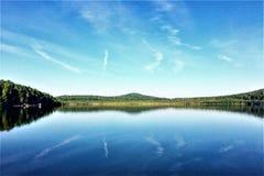 Zonnige dag in het meer van Oeralgebergte en de blauwe hemel royalty-vrije stock afbeeldingen