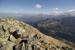 Zonnige dag hoog in bergen stock foto's