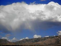Zonnige dag met grote wolk in de Santa Catalina-bergen in Tucson, Arizona stock foto's