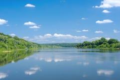 Zonnige dag op de stille riviervlaktes Royalty-vrije Stock Afbeeldingen