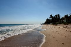 Zonnige dag op een strand van Florida met golven en voetafdrukken stock foto