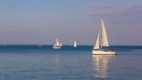 Zonnige dag op het meer Balaton van Hongarije met zeilboten Stock Afbeeldingen