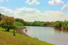 Zonnige dag op rivieroever Royalty-vrije Stock Fotografie