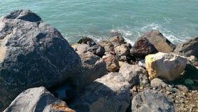 Zonnige dag op strandkusten Stock Afbeeldingen