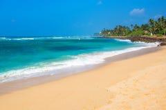Zonnige dag op tropisch strand royalty-vrije stock fotografie