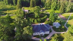 Zonnige dag over het landgoed Mikhailovskoe Pushkinbergen, de luchtvideo van Rusland stock video