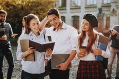 Zonnige dag studenten Twee meisjes en jongen Samen royalty-vrije stock fotografie