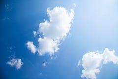 Zonnige dag, zonneschijn, blauwe hemel, Royalty-vrije Stock Foto's