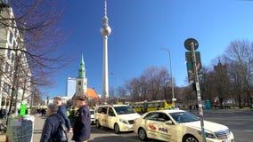Zonnige dagmening langs Karl Liebknecht Strasse naar Berliner Fernsehturm-Televisietoren, Berlijn, Duitsland stock footage