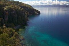 Zonnige de herfstdag op de kust van Meer Ohrid Stock Afbeelding
