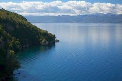 Zonnige de herfstdag op de kust van Meer Ohrid Stock Fotografie