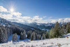 Zonnige de winterdag in de bergen royalty-vrije stock fotografie