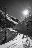 Zonnige de winterdag bij de bergen van Oostenrijkers Stock Fotografie