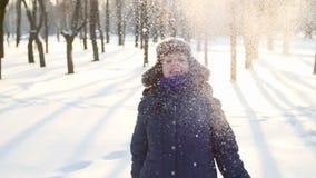 Zonnige de winterdag, het jonge vrouw spelen met sneeuw stock video