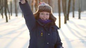 Zonnige de wintertijd, het mooie vrouw werpen sneeuwballen Geluk en blij, pret en het glimlachen stock videobeelden