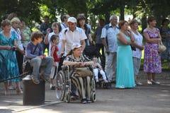 Zonnige de zomerdag in het stadspark Het publiek van het Amateur dansen in het Park stock foto