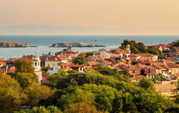 Zonnige de zomerochtend in kleine stad op schiereiland Stock Afbeelding