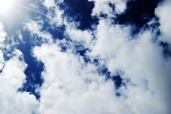 Zonnige Diepe Blauwe Hemelen met wolk Stock Afbeelding