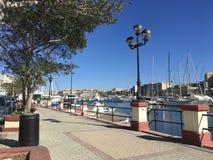 Zonnige en Romantische Mediterrane promenade Stock Afbeeldingen