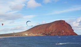 Zonnige en winderige dag geschikt om bij Tejita-strand, met Montana Roja op de achtergrond, Tenerife, Canarische Eilanden, Spanje stock fotografie