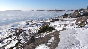 Zonnige februari-dag op de kust van het Hanko-Schiereiland finland stock footage