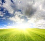 Zonnige groene heuvel met gras onder hemel Royalty-vrije Stock Afbeeldingen