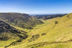 Zonnige groene vallei onder heuvels Royalty-vrije Stock Foto's