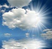 Zonnige hemel boven overzees stock foto