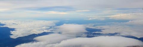 Zonnige hemel met sommige witte wolken boven de stad van Medellin Colombia stock fotografie