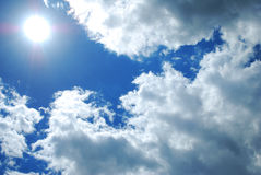 Zonnige hemel met wolken Stock Afbeelding