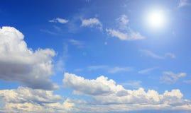 Zonnige hemelachtergrond Stock Afbeeldingen