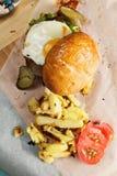 Zonnige kant op hamburger boven mening Stock Foto's