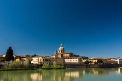 Zonnige mening van Kerk San Frediano in Cestello en rivier Arno Stock Afbeeldingen