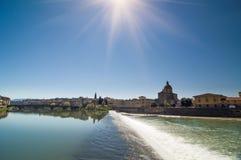 Zonnige mening van Kerk San Frediano in Cestello en rivier Arno Royalty-vrije Stock Foto's