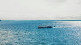 Zonnige mooie dag, een gang op een kleine excursieboot op de Oostzee stock foto's