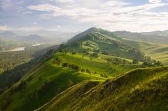 Zonnige ochtend in berg Mooie landschapssamenstelling Stock Foto