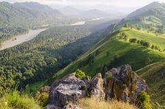 Zonnige ochtend in berg Mooie landschapssamenstelling Stock Foto's