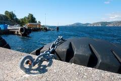 Zonnige ochtend dichtbij veerbootmoorage Stock Foto's