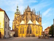 Zonnige ochtend in Heilige Vitus Cathedral, het Kasteel van Praag, Praag, Tsjechische Republiek Stock Fotografie