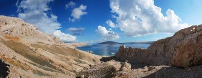Zonnige overzees en bergen met blauwe hemel Royalty-vrije Stock Foto's