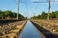 Zonnige spoorweg met bezinning Royalty-vrije Stock Afbeelding