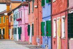 Zonnige straat in kleurrijke Burano. Stock Foto