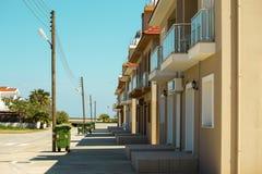 Zonnige straat met kleine moderne huizen stock afbeeldingen