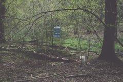 zonnige toeristensleep in het hout in de lente - uitstekend effect Royalty-vrije Stock Fotografie