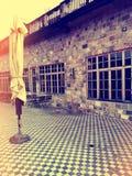 Zonnige uitstekende straat met koffiewinkel royalty-vrije stock afbeeldingen