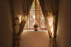 Zonnige venstervensterbank met potteninstallatie en gordijnen Royalty-vrije Stock Afbeeldingen
