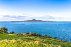 Zonnige vreedzame mening met een vulkanisch eiland op een horizon Royalty-vrije Stock Foto's