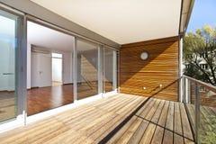 Zonovergoten balkon van eigentijdse architectuur Royalty-vrije Stock Foto's