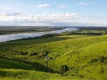Zonovergoten groene vallei dichtbij de rivier (b) Royalty-vrije Stock Afbeeldingen