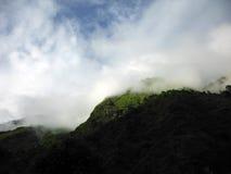 Zonovergoten Heuvel in Annapurna Himalayagebergte tijdens Moesson royalty-vrije stock foto